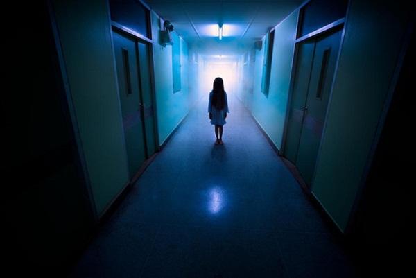 """Ban đêm đi học về, bé gái khóc kể con nhìn thấy ma"""", bố âm thầm theo dõi liền phát hiện sự thật còn đáng sợ hơn thế-1"""