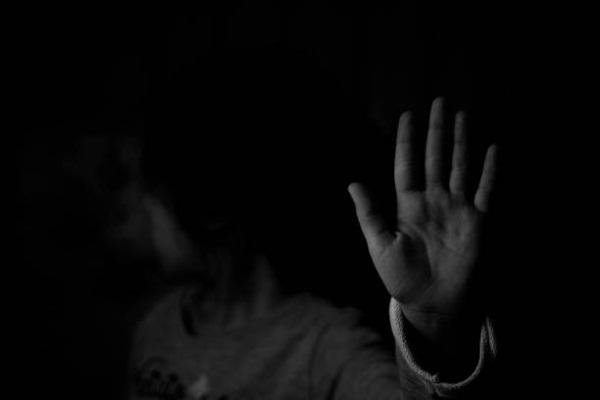 """Ban đêm đi học về, bé gái khóc kể con nhìn thấy ma"""", bố âm thầm theo dõi liền phát hiện sự thật còn đáng sợ hơn thế-4"""