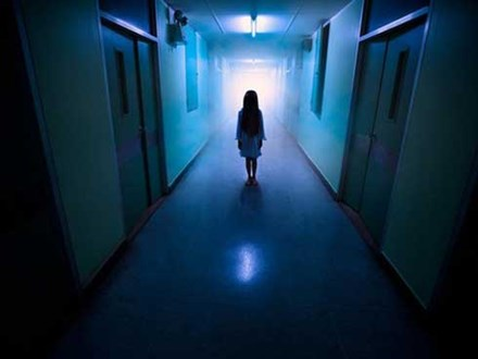 """Ban đêm đi học về, bé gái khóc kể """"con nhìn thấy ma"""", bố âm thầm theo dõi liền phát hiện sự thật còn đáng sợ hơn thế"""