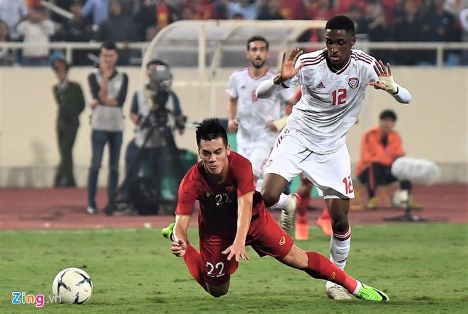 Dân mạng chế ảnh Hải Quế an ủi cầu thủ UAE nhận thẻ đỏ-1