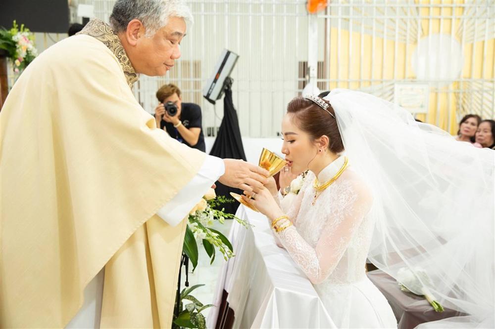 Khoảnh khắc thiêng liêng trong lễ cưới Bảo Thy-4