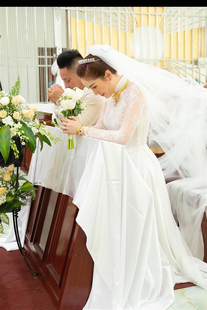 Khoảnh khắc thiêng liêng trong lễ cưới Bảo Thy-7
