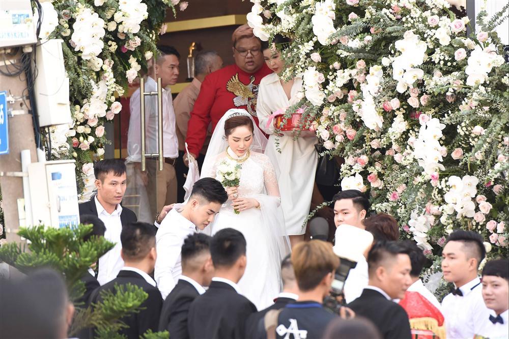 Khoảnh khắc thiêng liêng trong lễ cưới Bảo Thy-11