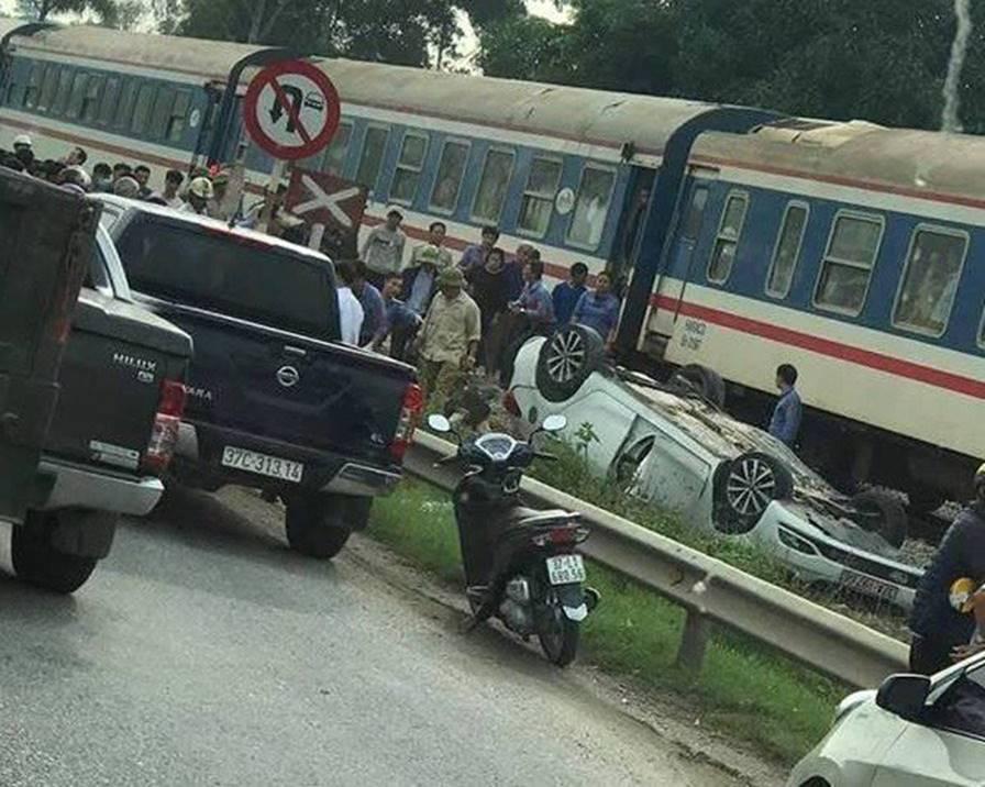 Tàu hỏa tông ôtô lật ngửa, nữ tài xế trẻ tử vong tại chỗ-1