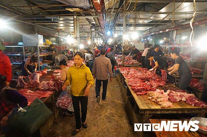Giá thịt lợn tăng sốc, dân buôn kêu ế thảm-1