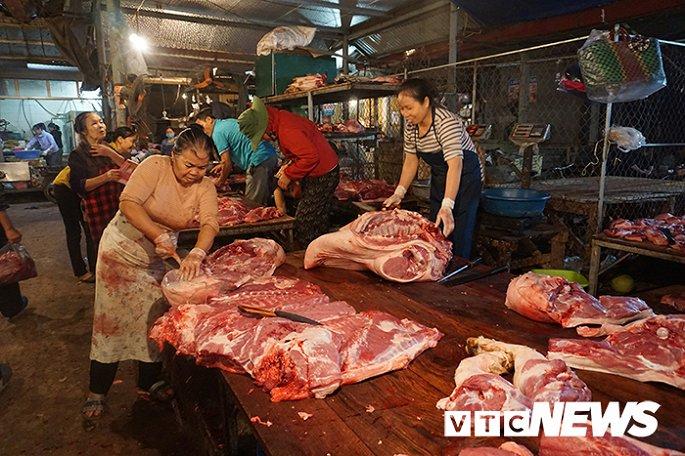 Giá thịt lợn tăng sốc, dân buôn kêu ế thảm-2