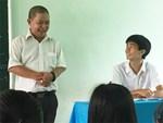 Thầy Lê Bá Khánh Trình múa phụ họa cho học sinh hát Bụi phấn-2