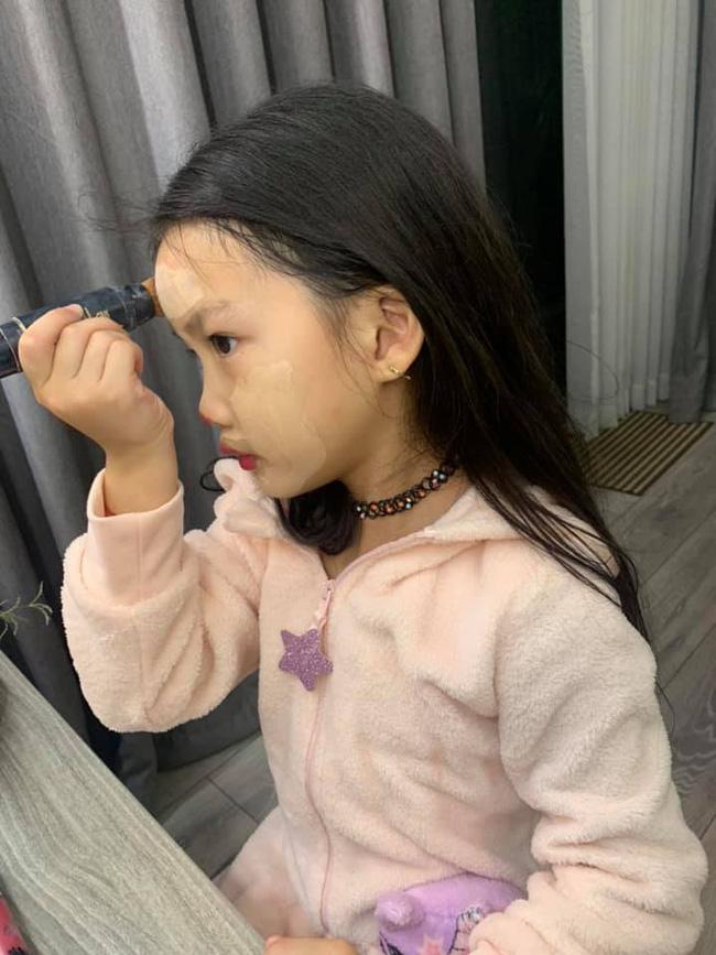 Bị nhắc nhở khi cho con gái 6 tuổi trang điểm mỗi ngày, Ốc Thanh Vân trả lời một câu khiến mọi người câm nín-1