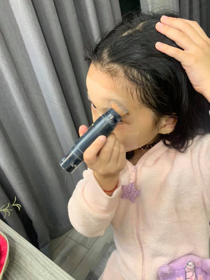 Bị nhắc nhở khi cho con gái 6 tuổi trang điểm mỗi ngày, Ốc Thanh Vân trả lời một câu khiến mọi người câm nín-2