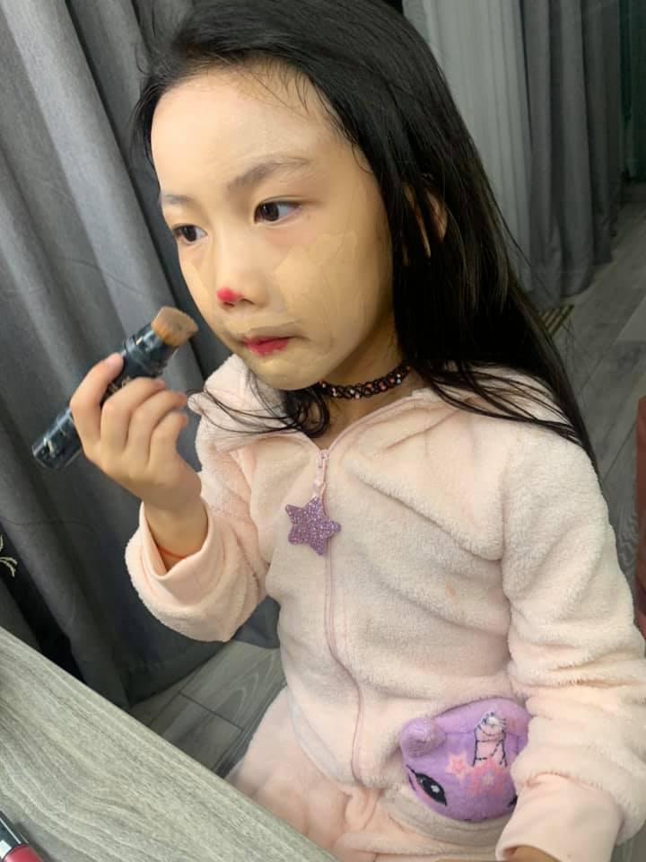Bị nhắc nhở khi cho con gái 6 tuổi trang điểm mỗi ngày, Ốc Thanh Vân trả lời một câu khiến mọi người câm nín-3
