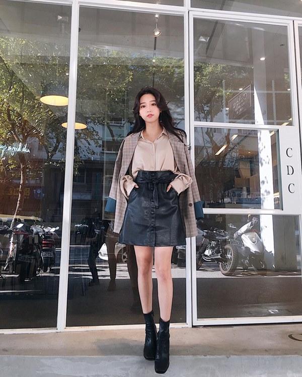 Hết Yoona rồi đến Hà Tăng diện chân váy da, bạn sao có thể kìm lòng trước item sang chảnh hào nhoáng này?-10