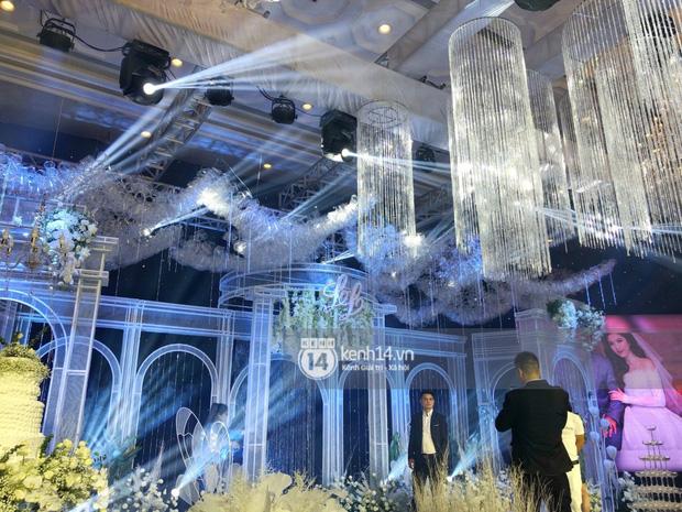 Không gian đám cưới Bảo Thy tại khách sạn 6 sao siêu sang chảnh: Trang trí giản đơn nhưng vẫn toát lên gia thế khủng!-1