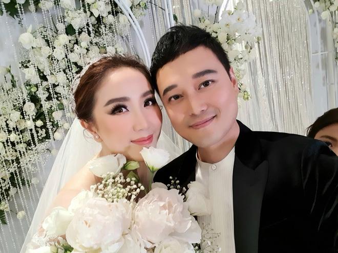 Đám cưới Bảo Thy: Cô dâu diện váy trắng cùng chú rể tiến vào lễ đường, trao nhau nụ hôn ngọt ngào-4