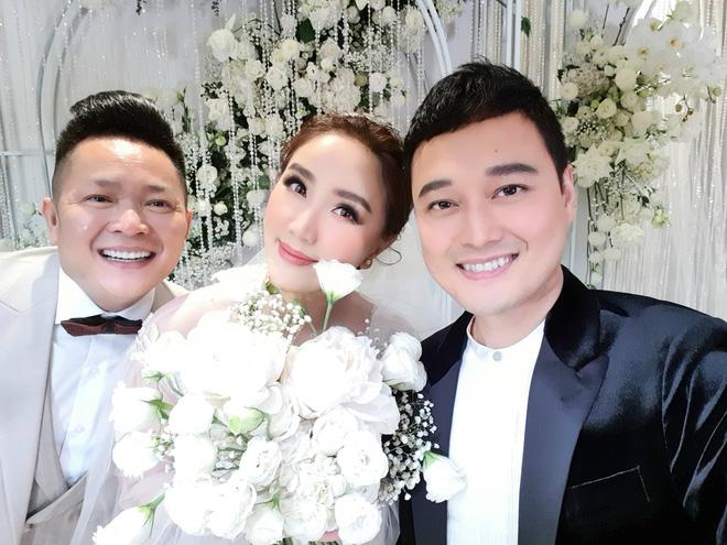 Đám cưới Bảo Thy: Cô dâu diện váy trắng cùng chú rể tiến vào lễ đường, trao nhau nụ hôn ngọt ngào-5