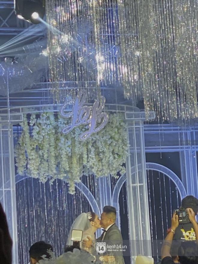 Đám cưới Bảo Thy: Cô dâu diện váy trắng cùng chú rể tiến vào lễ đường, trao nhau nụ hôn ngọt ngào-2