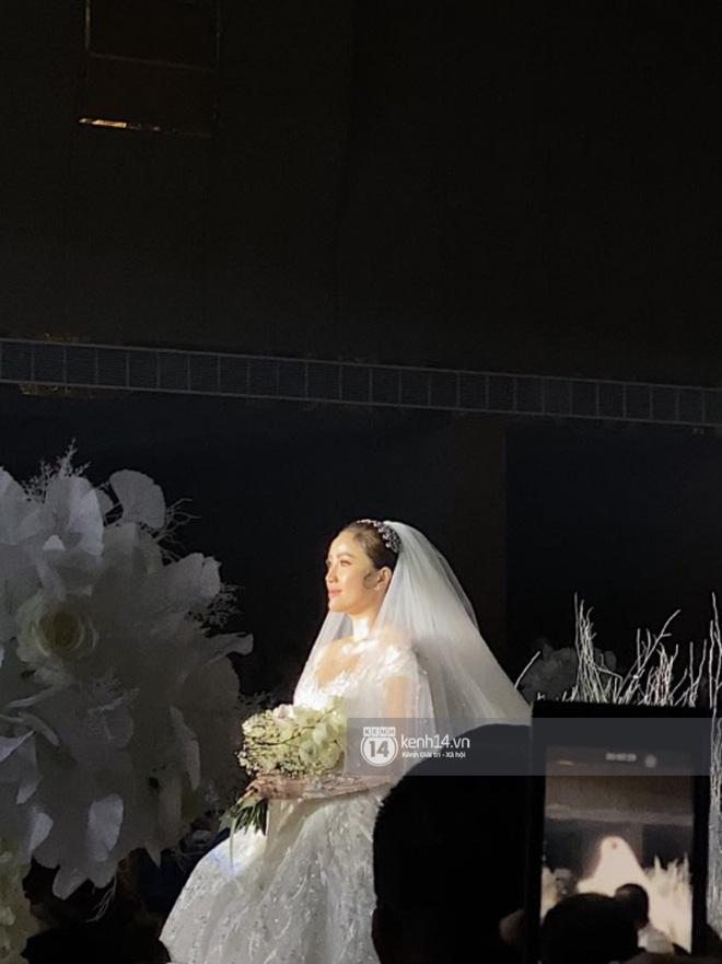 Đám cưới Bảo Thy: Cô dâu diện váy trắng cùng chú rể tiến vào lễ đường, trao nhau nụ hôn ngọt ngào-1