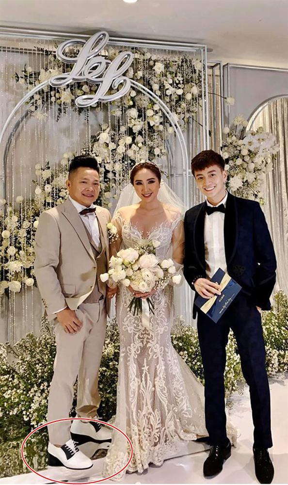 Đâu chỉ riêng Ông Cao Thắng, chồng Bảo Thy cũng đi giày độn gần 10 cm để xứng tầm bên cô dâu trong lễ cưới-1