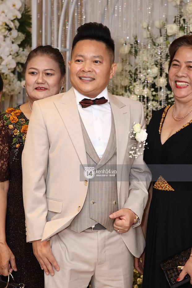 Đâu chỉ riêng Ông Cao Thắng, chồng Bảo Thy cũng đi giày độn gần 10 cm để xứng tầm bên cô dâu trong lễ cưới-2