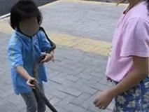 Ông bố rèn sự gan dạ cho 2 cô con gái: Tác dụng đến đâu thì chưa biết nhưng hàng xóm nhìn thấy co giò chạy vì sợ