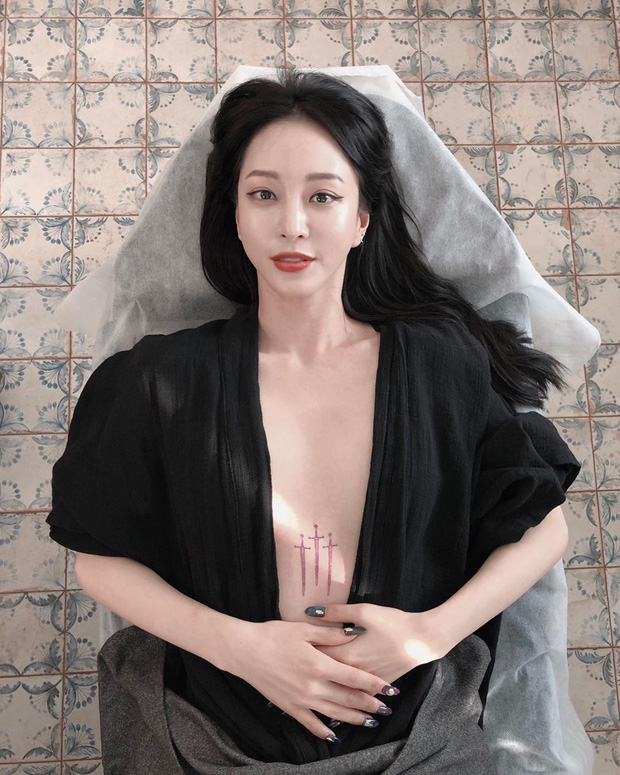 Mỹ nhân Han Ye Seul gây náo loạn vì thả rông khoe vòng 1 khủng và hình xăm, nhìn xong tưởng poster phim!-1