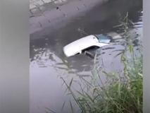 Nữ học viên lái ôtô chở thầy dạy lao xuống mương