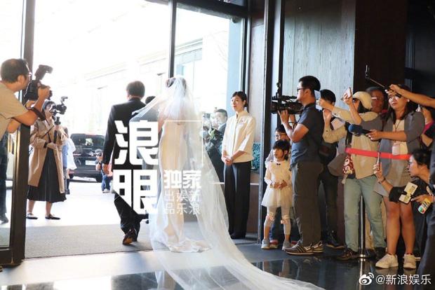 Đám cưới hot nhất Cbiz hôm nay: Siêu mẫu Lâm Chí Linh liên tục khóc, hôn nồng nhiệt chồng Nhật kém 7 tuổi-5