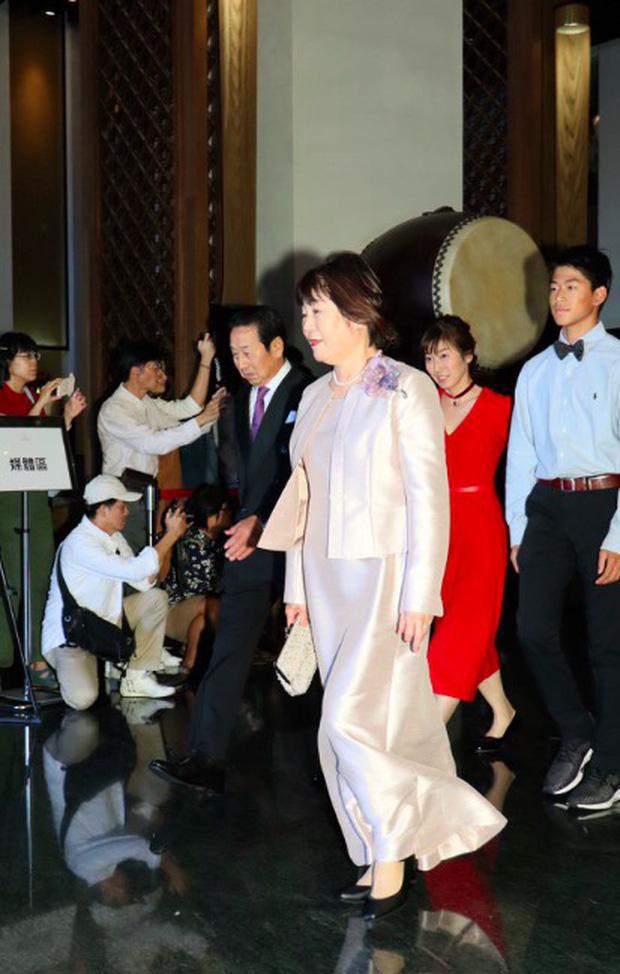 Đám cưới hot nhất Cbiz hôm nay: Siêu mẫu Lâm Chí Linh liên tục khóc, hôn nồng nhiệt chồng Nhật kém 7 tuổi-3