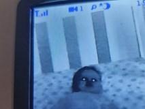 Lắp camera phòng ngủ của con nhỏ, bố mẹ hoảng hồn khi nhìn thấy hình ảnh máy quay thu được