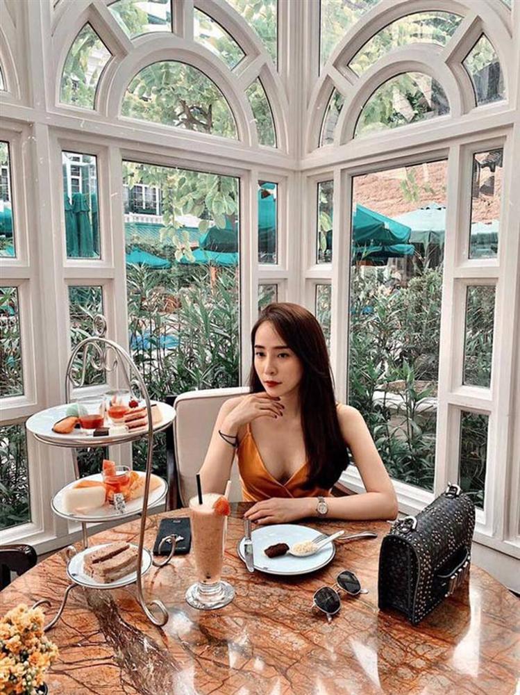Gái ngành hot nhất màn ảnh Việt đời thực mặc hot hơn trên phim-12