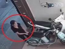 Người phụ nữ vào nhà trộm xe đạp điện