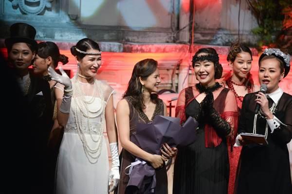 Ngô Phương Lan bất ngờ diễn mở màn show thời trang dù mới sinh con 8 tháng-11