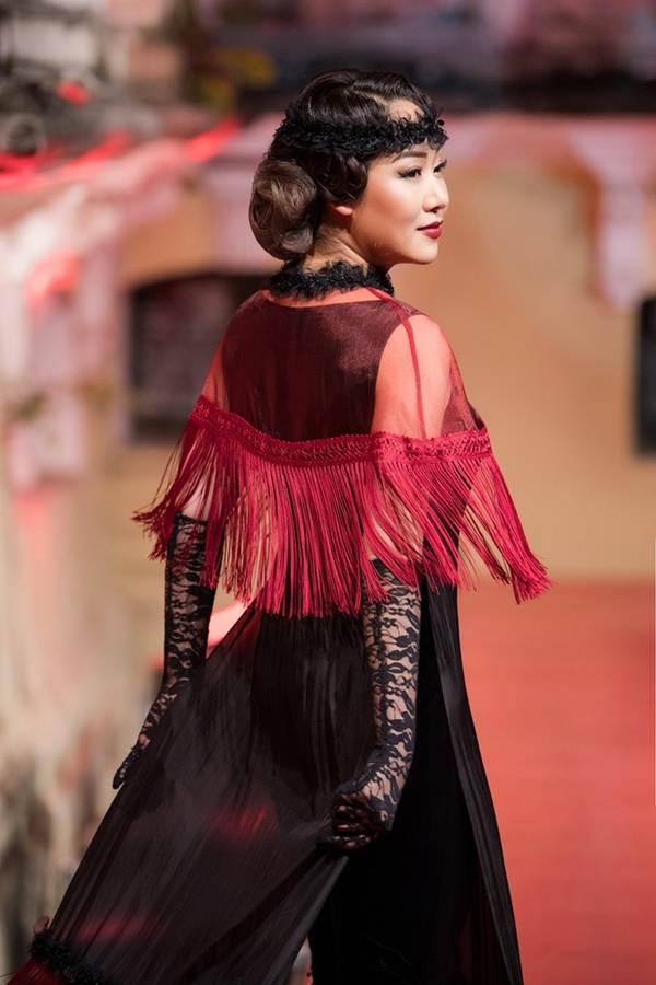 Ngô Phương Lan bất ngờ diễn mở màn show thời trang dù mới sinh con 8 tháng-9