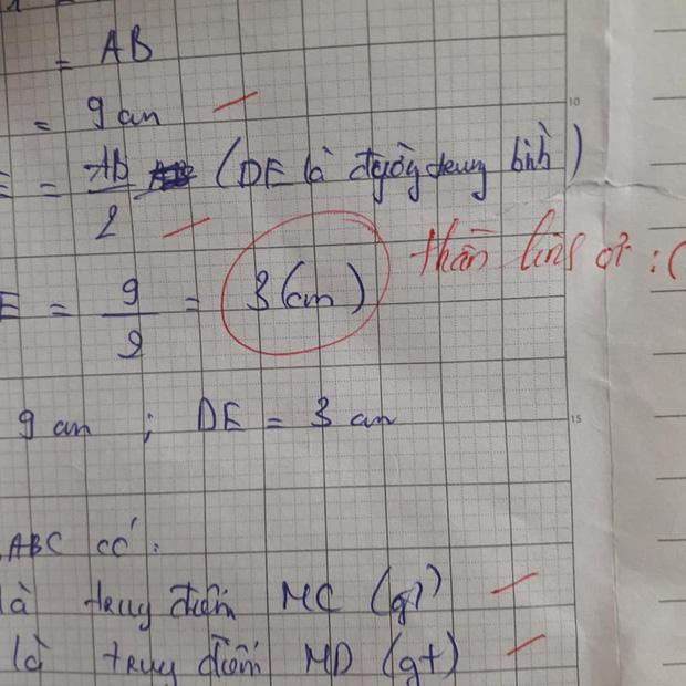 Học sinh làm sai phép toán cực kỳ dễ, cô giáo chấm bài chỉ biết nhận xét: Chấm mà tức á khiến dân mạng cười bò-2