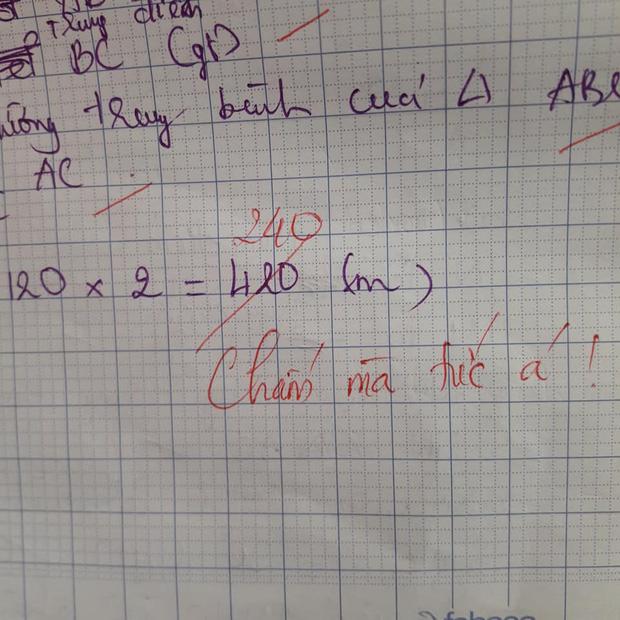 Học sinh làm sai phép toán cực kỳ dễ, cô giáo chấm bài chỉ biết nhận xét: Chấm mà tức á khiến dân mạng cười bò-3