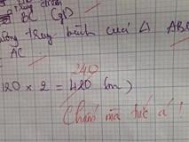Học sinh làm sai phép toán cực kỳ dễ, cô giáo chấm bài chỉ biết nhận xét:
