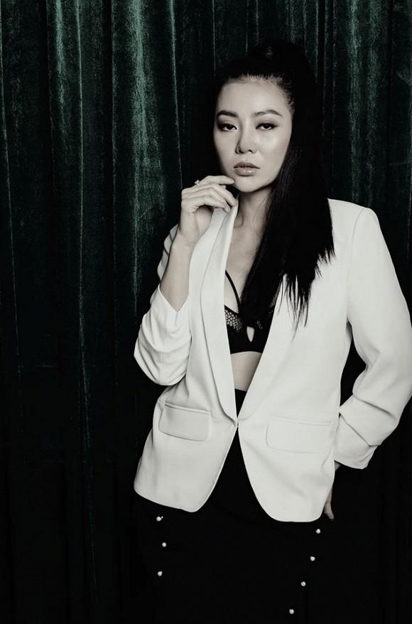 Diễn viên Thanh Hương táo bạo lộ nội y trong bộ ảnh đen trắng-1