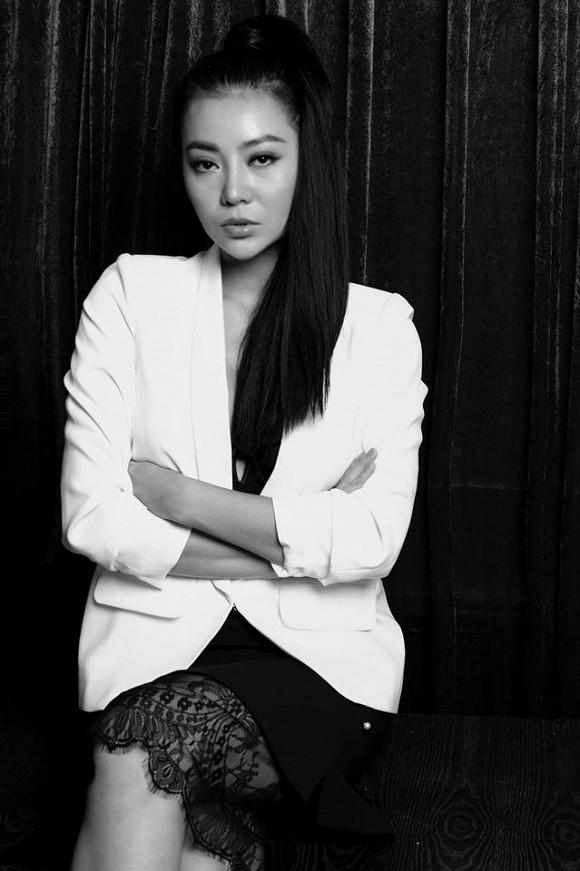 Diễn viên Thanh Hương táo bạo lộ nội y trong bộ ảnh đen trắng-2
