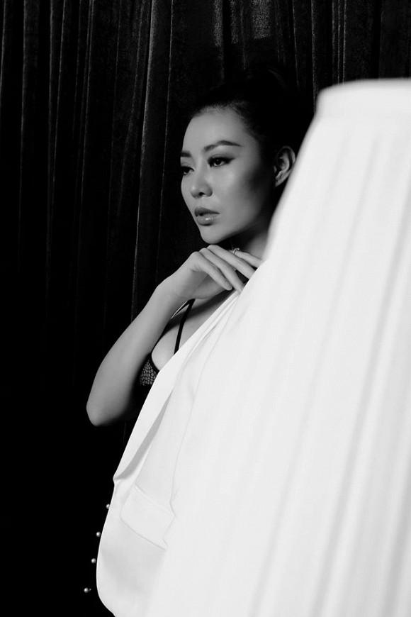 Diễn viên Thanh Hương táo bạo lộ nội y trong bộ ảnh đen trắng-5