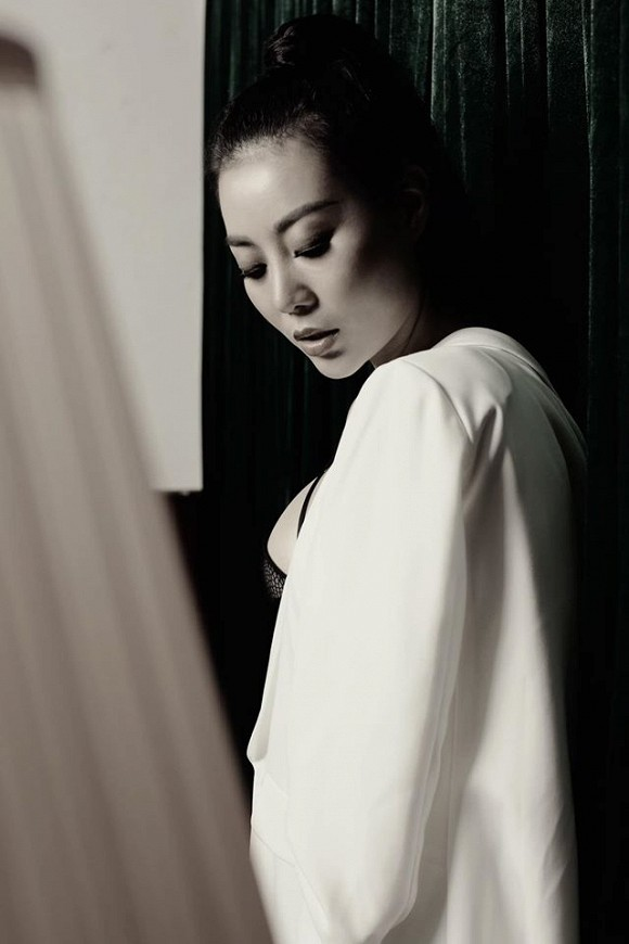 Diễn viên Thanh Hương táo bạo lộ nội y trong bộ ảnh đen trắng-7