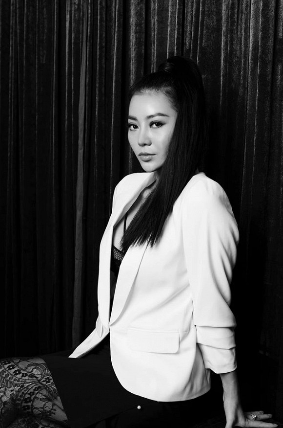 Diễn viên Thanh Hương táo bạo lộ nội y trong bộ ảnh đen trắng-8