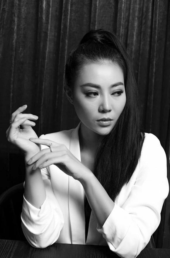 Diễn viên Thanh Hương táo bạo lộ nội y trong bộ ảnh đen trắng-9