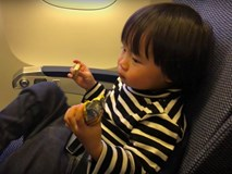 """Clip bé Sa hoá thân thành """"thánh ăn chực"""" viral mạnh vì quá cute: Khi bạn dễ thương như Sa thì làm gì cũng không lo bị ra chuồng gà chơi"""