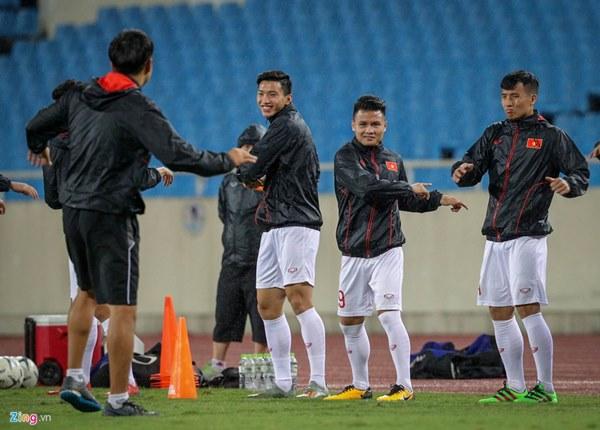 Thầy Park cầu nguyện trong mưa trước trận quyết đấu Thái Lan-2
