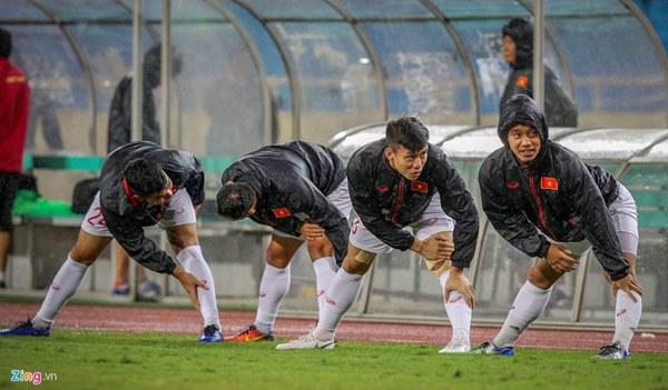 Thầy Park cầu nguyện trong mưa trước trận quyết đấu Thái Lan-3