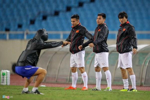 Thầy Park cầu nguyện trong mưa trước trận quyết đấu Thái Lan-4