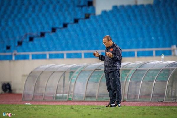 Thầy Park cầu nguyện trong mưa trước trận quyết đấu Thái Lan-6
