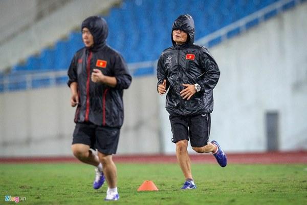 Thầy Park cầu nguyện trong mưa trước trận quyết đấu Thái Lan-8