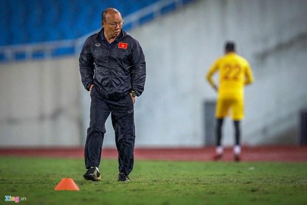 Thầy Park cầu nguyện trong mưa trước trận quyết đấu Thái Lan-9