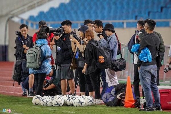 Thầy Park cầu nguyện trong mưa trước trận quyết đấu Thái Lan-10