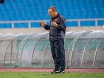 Thầy Park cầu nguyện trong mưa trước trận quyết đấu Thái Lan